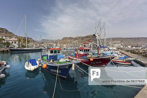 Fischerboote im Hafen  Puerto de Mogan  Gran Canaria  Kanarische Inseln  Spanien  Europa  ÖffentlicherGrund