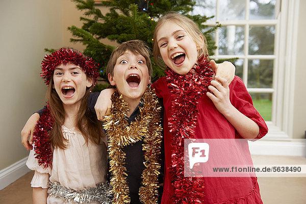 Kinder spielen mit Weihnachtsflitter