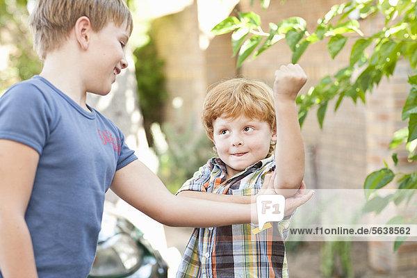 Außenaufnahme  Emotion  Junge - Person  Bruder  Bizeps  freie Natur