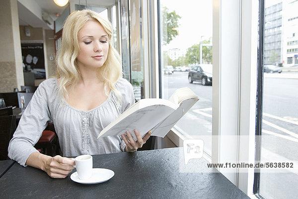 Frau  Buch  Cafe  Taschenbuch  vorlesen Frau ,Buch ,Cafe ,Taschenbuch ,vorlesen