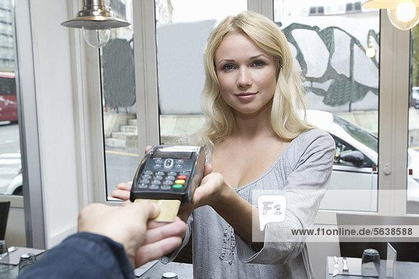 Hostess mit Kreditkartenautomat