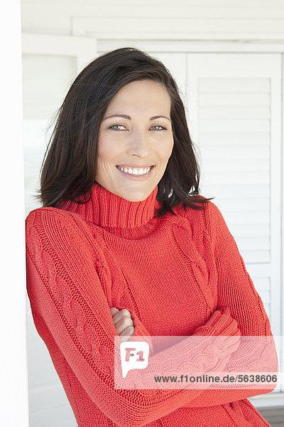 Frau mit Pullover im Freien