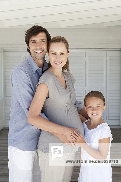 Familie lächelt zusammen