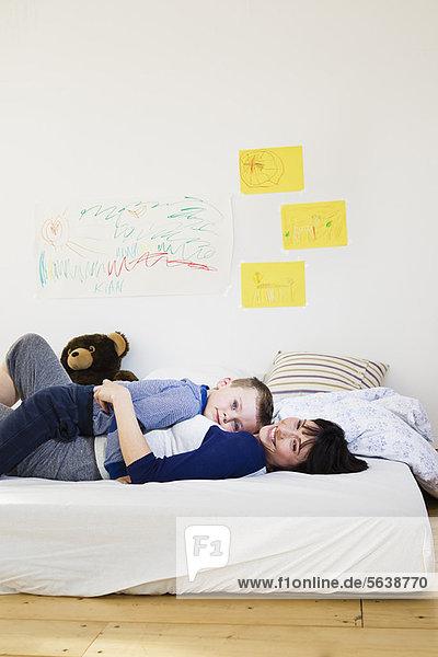 Mutter und Sohn entspannen sich auf dem Bett