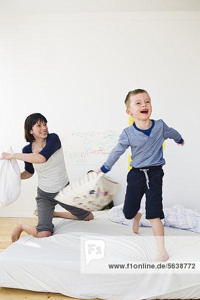 Mutter und Sohn beim Kissenschlachten