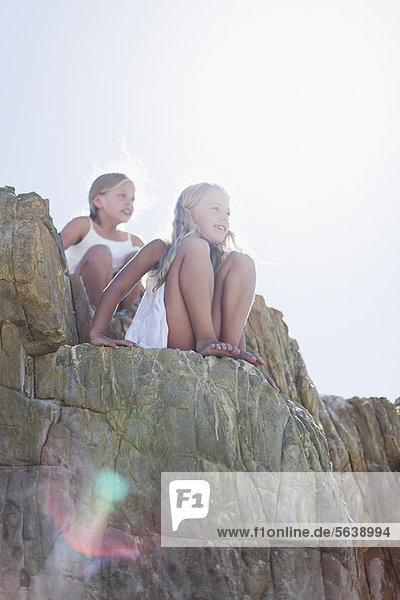 Felsbrocken  Außenaufnahme  sitzend  Mädchen  freie Natur