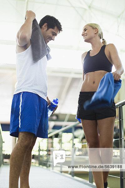 Lächelndes Paar im Fitnessstudio