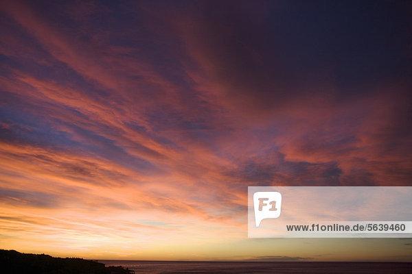 Bunte Wolken am Sonnenuntergangshimmel