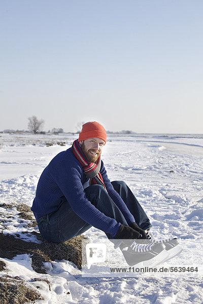 hoch  oben  Rollschuh  Mann  Schnee  Eis  Feld  Schnürsenkel