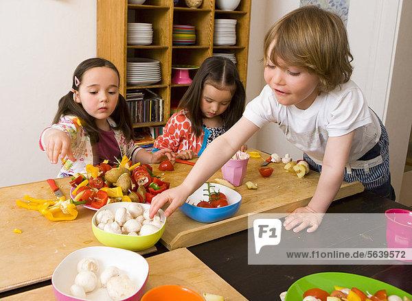 Kinder kochen gemeinsam in der Küche