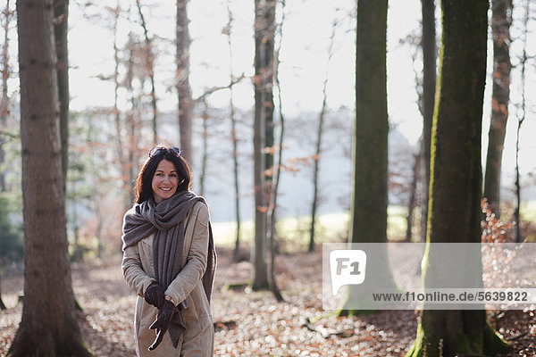 Frau  gehen  Wald  alt