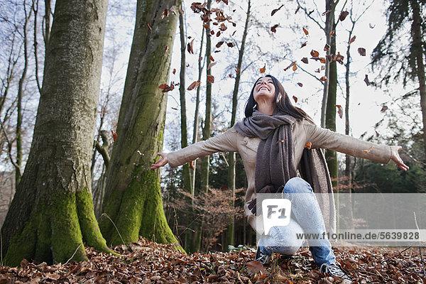 Frau  jubeln  Wald  alt