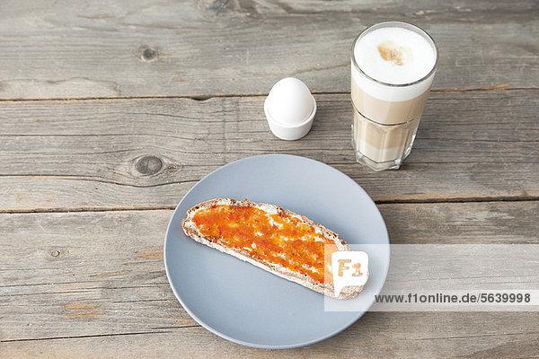Toast mit Marmelade  Ei und einer Tasse Kaffee