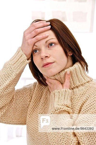 Frau  Kopfschmerz  halten  jung  Rollkragenpullover  braun  Schmerz  Pullover