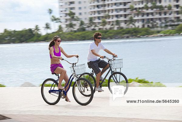 Radfahren für Mädchen und Jungen auf der Promenade