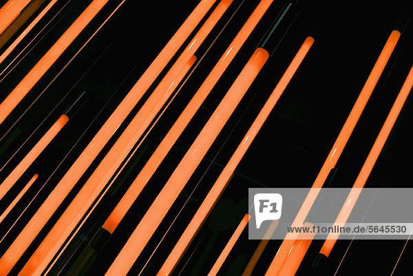 Neonorange Stäbe aus glühendem Licht