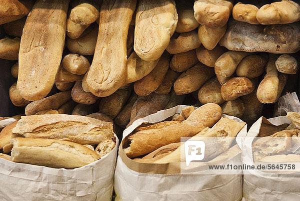 Haufenweise frisch gebackene Brotlaibe