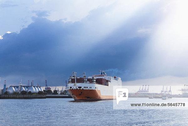 Ein Frachtschiff verlässt den Hamburger Hafen