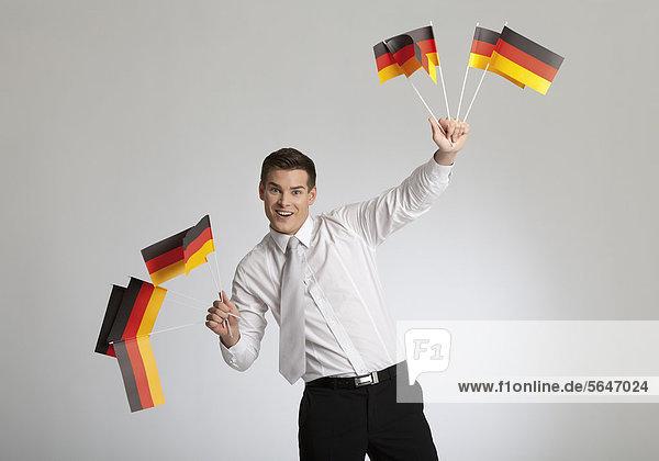 Junger Mann mit deutschen Fähnchen