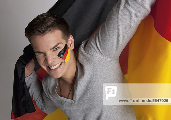 Junger Mann mit deutscher Flagge