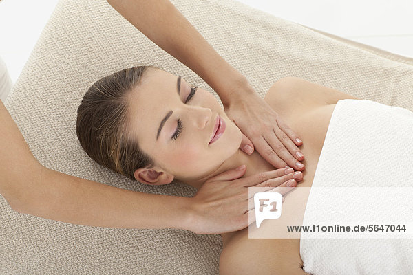Junge Frau bei der Massage