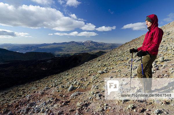 Wanderin auf dem Vulkankegel Magni  Vulkan Fimmvör_uh·ls  Wanderweg zur Hochebene Fimmvörduhals  Su_urland  Sudurland  Süd-Island  Island  Europa