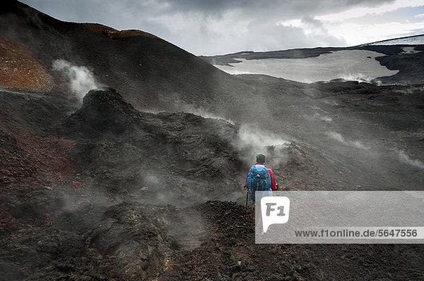 Wanderin im dampfenden Lavafeld Go_ahraun  Solfataren auf dem Vulkan Fimmvör_uh·ls  Wanderweg zur Hochebene Fimmvörduhals  Su_urland  Sudurland  Süd-Island  Island  Europa