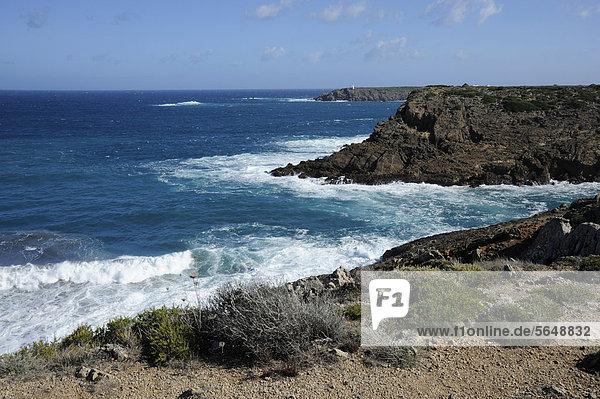 nahe Europa Steilküste Küste Menorca Balearen Balearische Inseln Mittelmeer Spanien steil