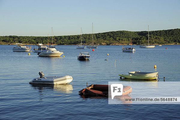 Europa klein Boot Menorca Balearen Balearische Inseln Bucht Spanien