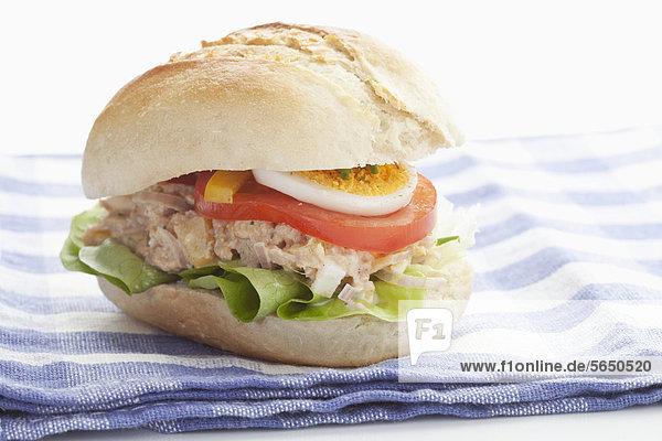 Thunfischsandwich auf Serviette  Nahaufnahme