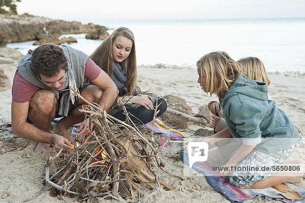 Spanien  Mallorca  Freunde bei der Vorbereitung des Lagerfeuers am Strand