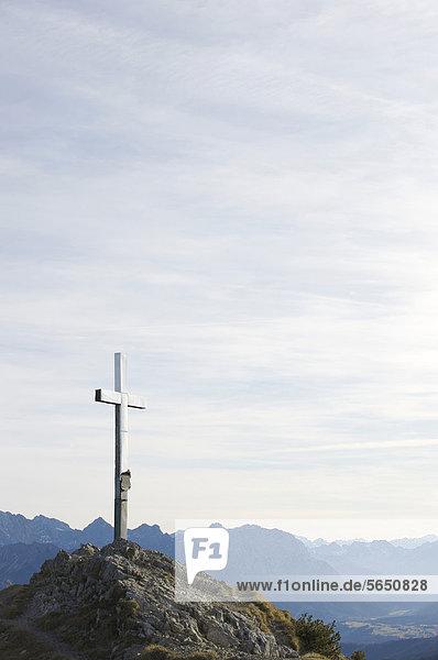 Deutschland  Bayern  Blick auf Gipfelkreuz mit Bergen