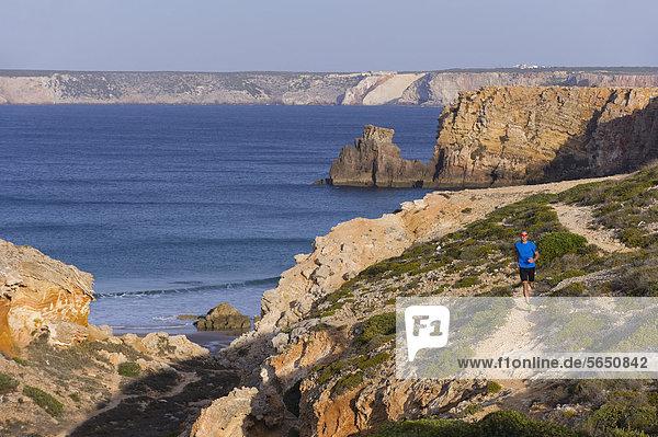 Portugal Algarve  Erwachsener Mann beim Joggen an der Küste
