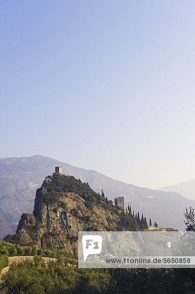 Italien  Blick auf das Castello di Arco auf dem Gipfel