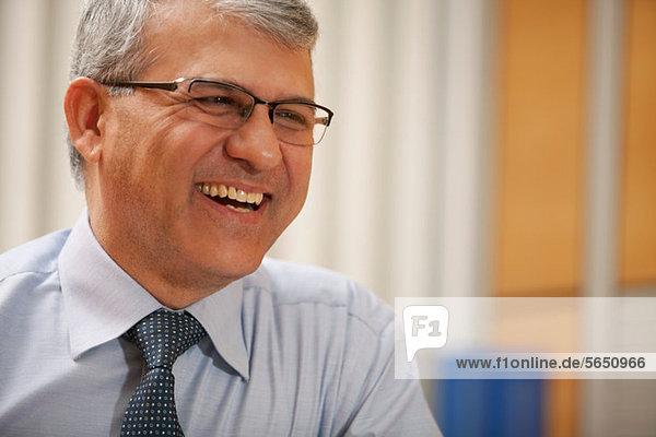 Senior Geschäftsmann lächelnd