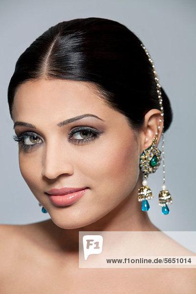 Porträt einer schönen Frau mit Ohrringen