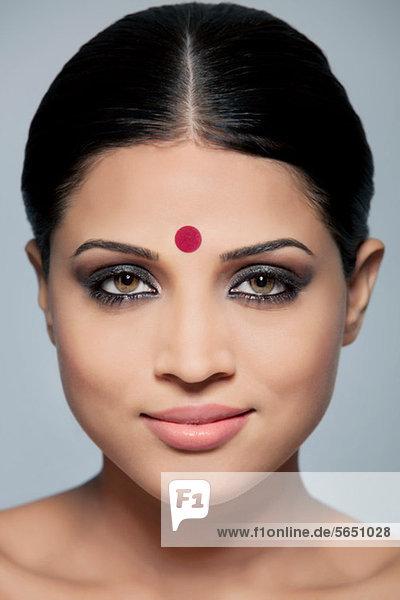 Porträt einer schönen Frau mit einem Bindi