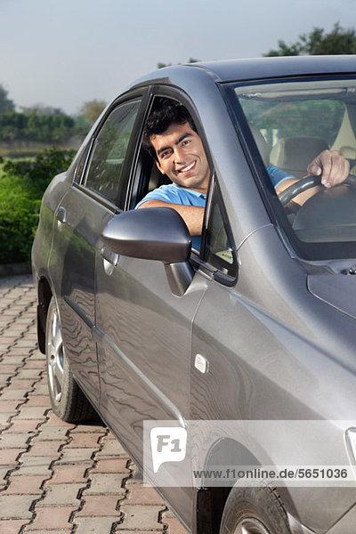 Porträt eines Mannes im Auto