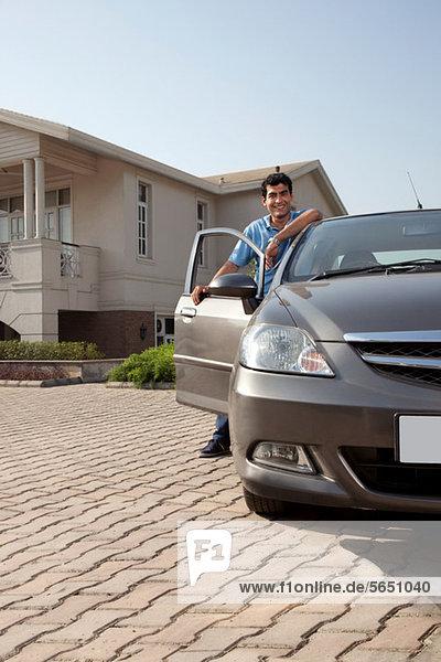 Porträt eines Mannes neben seinem Auto