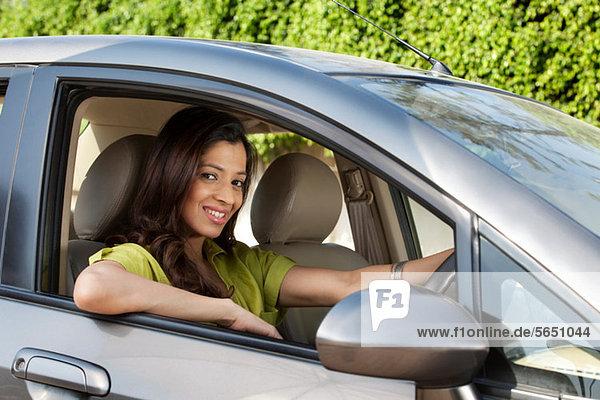 Porträt einer Frau im Auto
