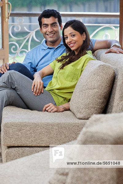 Porträt eines Paares auf einem Sofa
