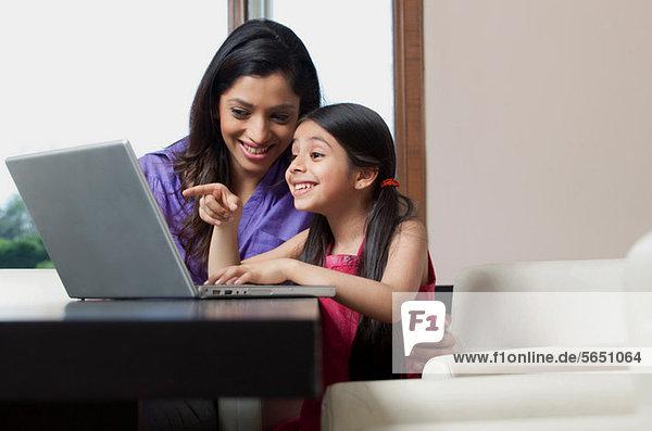 Mutter und Tochter haben Spaß am Laptop