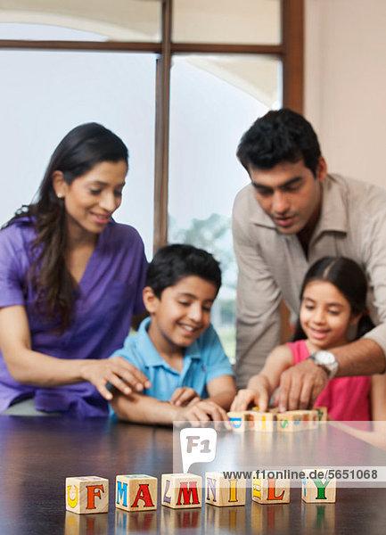 Familienspiel mit Bausteinen