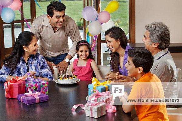 Junges Mädchen feiert Geburtstag