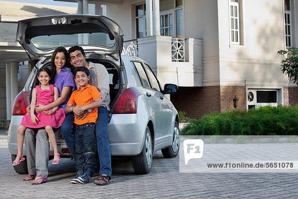 Familie sitzt auf dem Rücksitz eines Autos