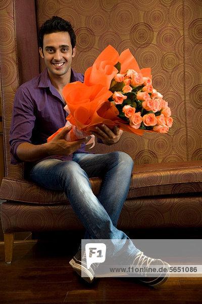 Porträt eines Mannes mit einem Blumenstrauß