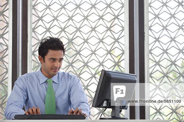 Führungskraft bei der Arbeit am Computer
