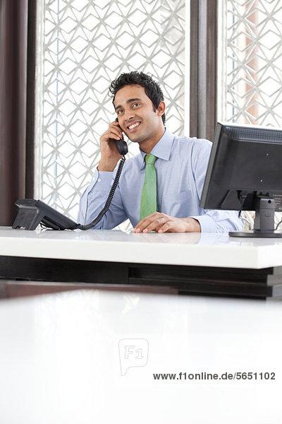 Chef im Gespräch am Telefon
