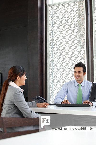 Geschäftsfrau und Führungskraft im Gespräch