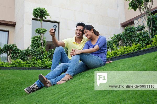 Paar beim Selbstporträt auf dem Rasen